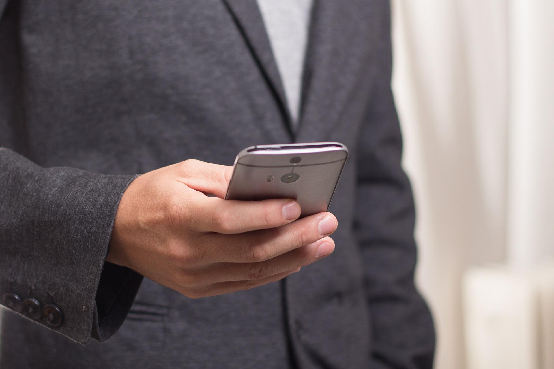 Mann mit Handy in der Hand